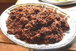 大皿に盛った黒炒飯